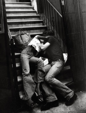 © Leon Levinstein, Couple Kissing on Building Steps, 1970s
